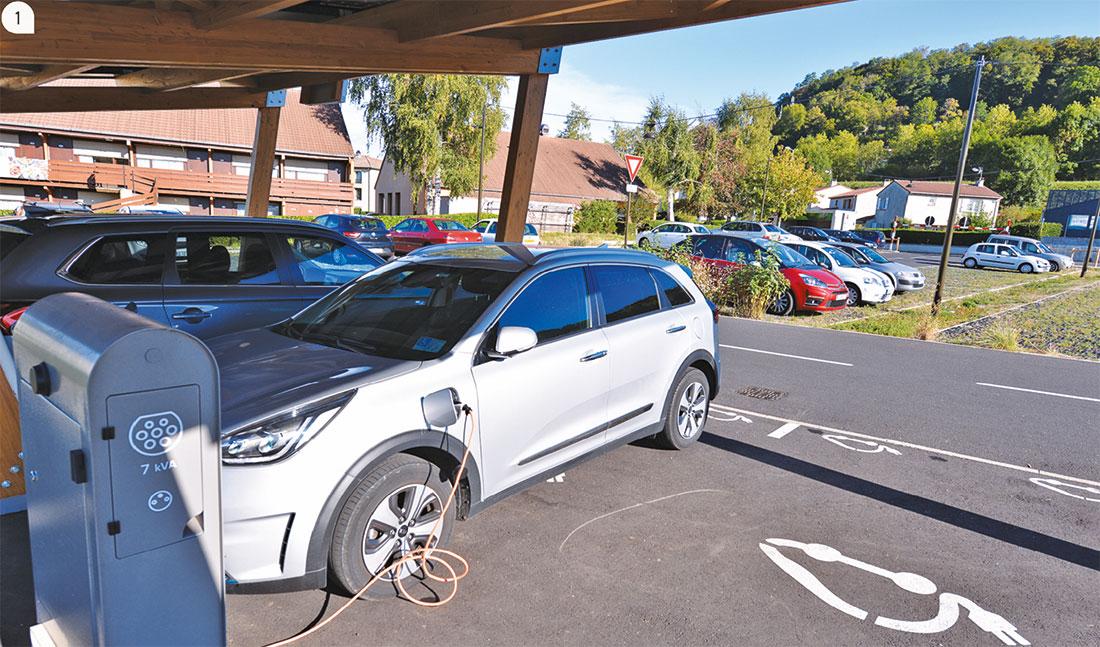 1 / Les usagers rechargent leur véhicule électrique en journée, sous l'ombrière.