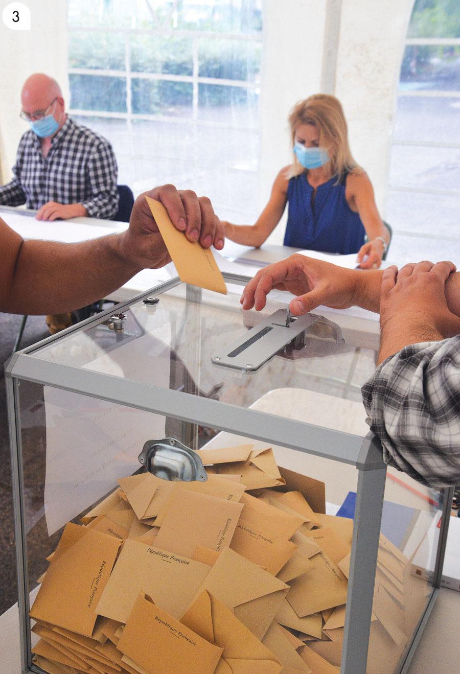 3 / Le nombre d'électeurs présents dans le bureau de vote sera limité à 3.